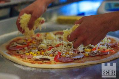 Піцу замовляли? Весь процес пиготування піци з доставкою (ФОТО)