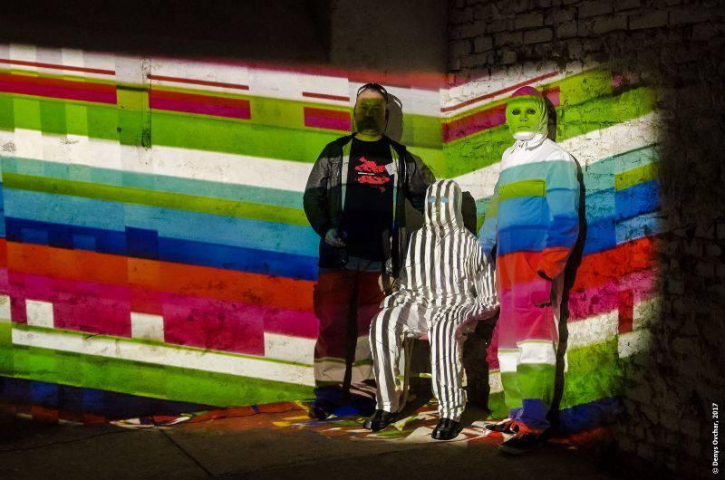 """Автори біля інсталяції """"Multiperson M(mimicry)"""" на арт-фестивалі """"Ostrale"""", Дрезден"""