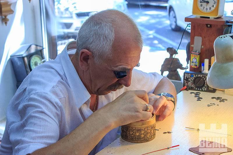 Майстер-годинникар - Ярослав Баланчук. Працює з 1977-го року.